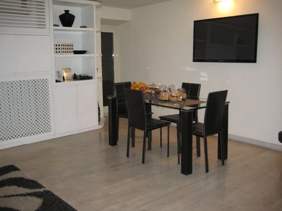 Black and White Suite : Lounge/Dining Area