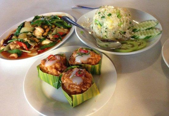 Tom Yum Kung Restaurant, Phnom Penh : Amok Trei, Cashew Chicken, Pineapple Fried Rice