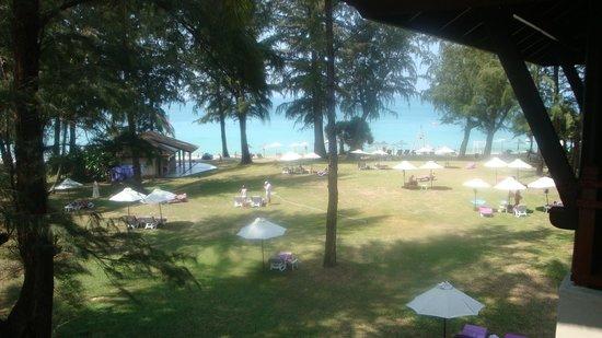 Dusit Thani Laguna Phuket: zicht op de oceaan vanuit het terras van mijn kamer
