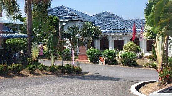 Langkawi Craft Complex ( Kompleks Kraf Langkawi ): The entrance of the building