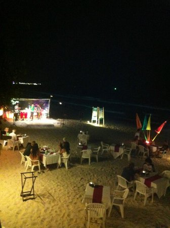 Banana Fan Sea Resort : barbecue night in such a romantic set up