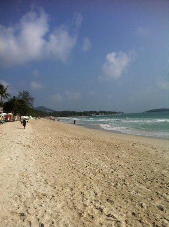 Banana Fan Sea Resort : beautiful white sandy beach