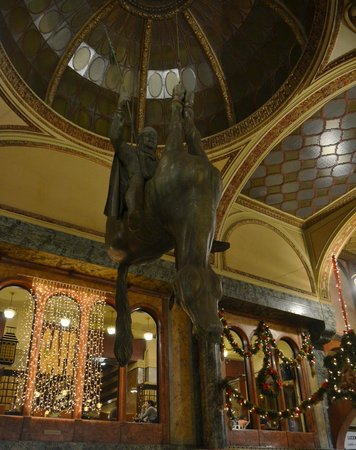 Amarilis: Конь вверх ногами в торговом комплексе