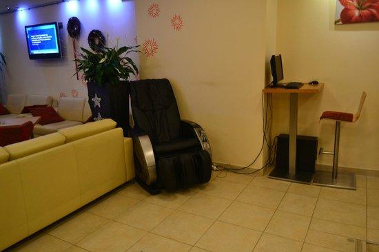 Amarilis: Массажное кресло в холлле