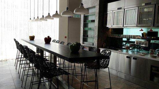 Ovolo Aberdeen Harbour: Breakfast room......very trendy