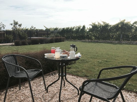 Pine Hill Lodge : Our remarkable breakfast out at the Patio