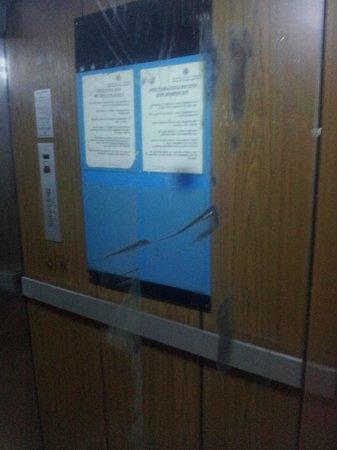 Hotel Sud Bahia: specchio dell'ascensore, neanche nelle banlieu!