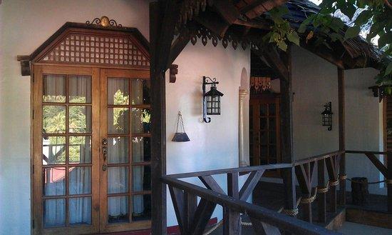 Tropicana Castle Resort: nice design, poor lighting