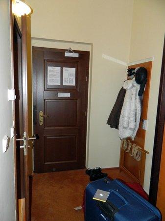 Hotel Beseda Prague: Прихожая в номере.