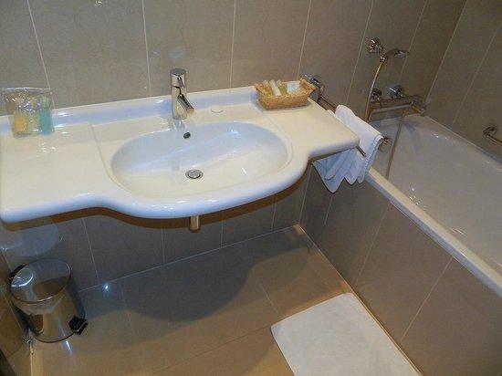Hotel Beseda Prague: Ванная комната.