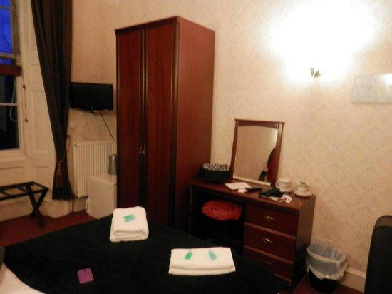 Hotel Twenty : Mucho lugar de guardado y heladera