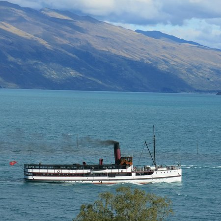 Rydges Lakeland Resort Hotel Queenstown: Earnslaw passing room in afternoon