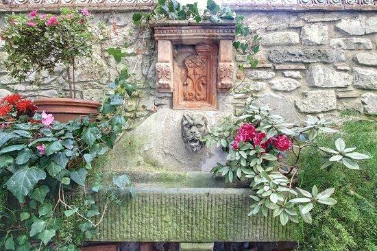 Relais Grand Tour: patio, the fountain