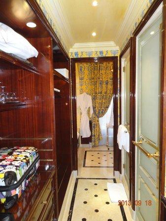 Château Les Crayeres : Banheiro com closet