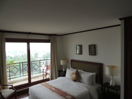 Saigon Domaine Luxury Residences: Master bedroom