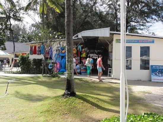 Outrigger Laguna Phuket Beach Resort: ビーチとの間の土産物屋