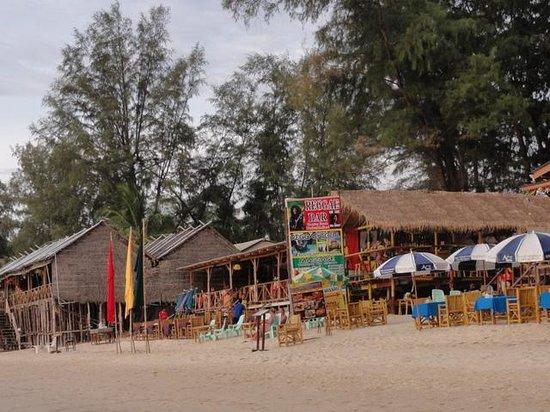 Outrigger Laguna Phuket Beach Resort: ビーチ沿いのレストラン