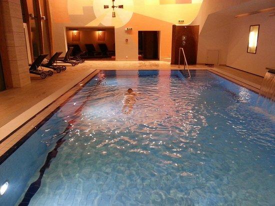 Hotel Edelweiss: Schwimmen am abend