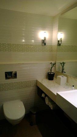 Fairfield by Marriott Bengaluru Rajajinagar: Bathroom