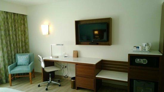 Fairfield by Marriott Bengaluru Rajajinagar: Desk / TV area