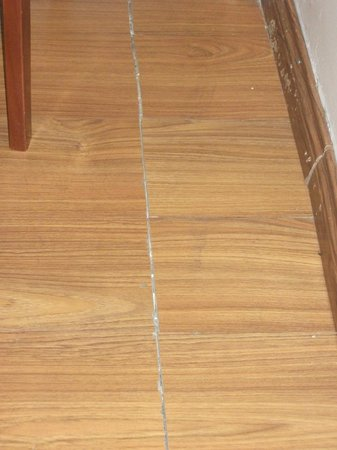 Hanoi Old Town: Very poorly fitted laminate flooring