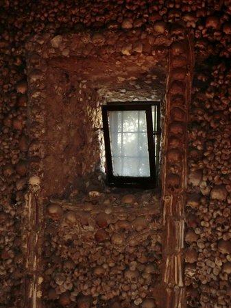 Capela dos Ossos: janela
