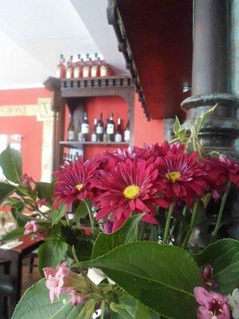 Osteria da Salvatore: fiori sempre freschi sui tavoli e sul bancone del bar