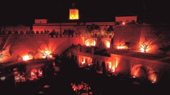 La Maison Arabe: Vista notturna del cortile della piscina