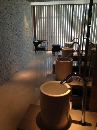 Hyatt Capital Gate: Waschbecken im Spa Bereich (mit Zahnpasta)