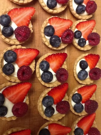 The Refectory Cafe : Fresh Fruit Tarts