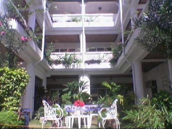 Cez Manor Resort: It's good to stay, very quiet  place and close to the beach, it's just 10 meters away from the b