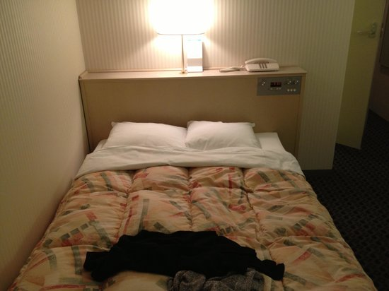 Yonago Washington Hotel Plaza: A standard double bed- you will have to cuddle close to your partner