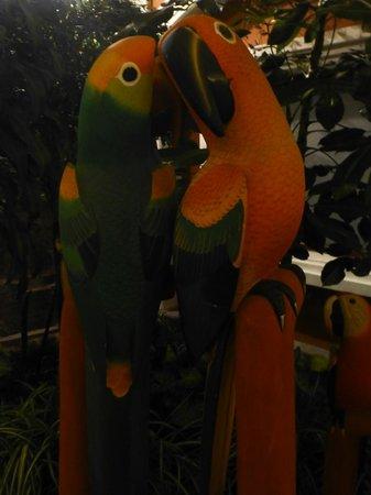 Hotel Patio Andaluz: Wooden parrots en route to bar area