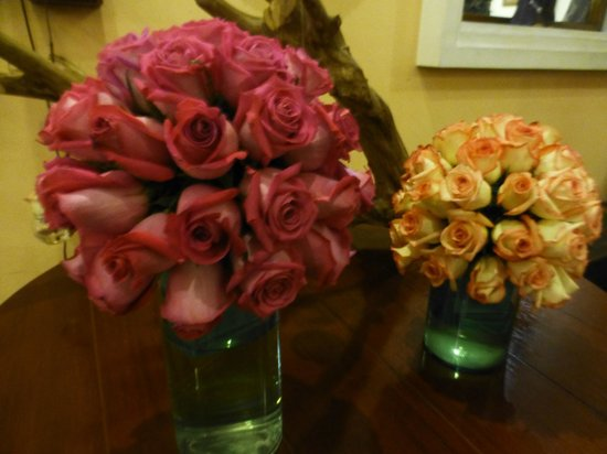 Hotel Patio Andaluz: Vases of roses