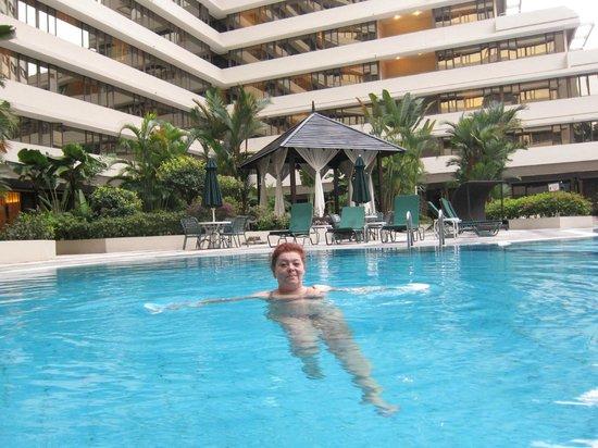Corus Hotel Kuala Lumpur: Хорошо после прогулки по городу окунуться в бассейн