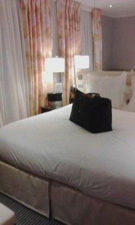 Hotel Relais Bosquet Paris : ベッド