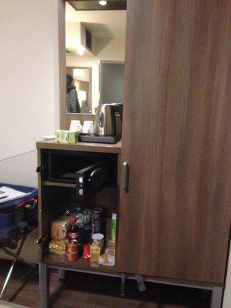 Hotel Cordial : mobili camera