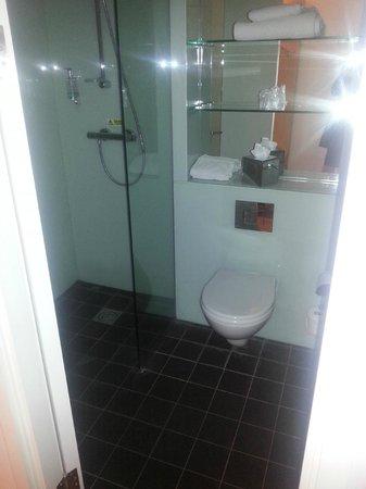 Holiday Inn London - Luton Airport: Bathroom - wet room shower