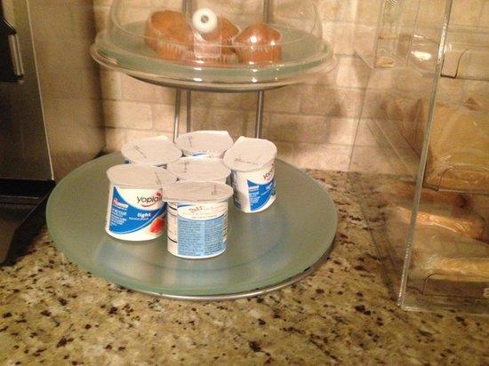 Americas Best Value Inn Glenwood: Mmmmm yogurt..  Served at about 70 degrees...
