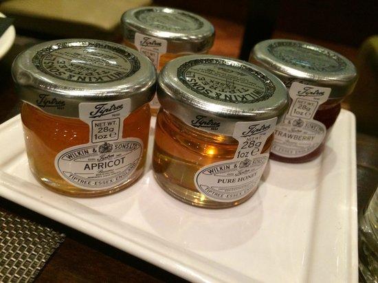 London Hilton on Park Lane : nice selection of jams and honey (breakfast buffet)