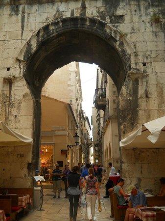 Diokletianpalast: Diocletian's palace- narrow street, gate