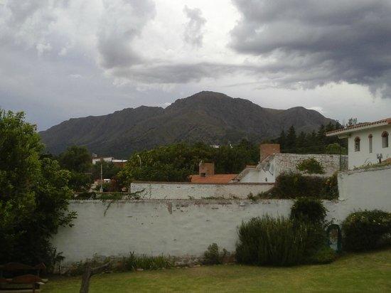 Hotel Luna serrana: Vista desde zona de piletas y parrilla