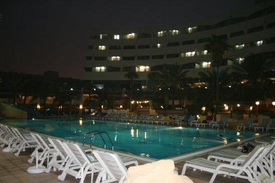 Grand Hotel Sharjah : Бассейн вечером