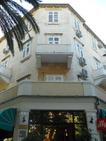 Hotel Sumratin: hotel facade