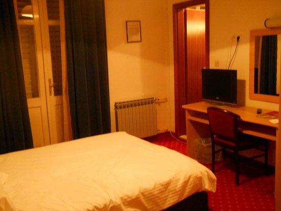 Hotel Sumratin: room/ bed