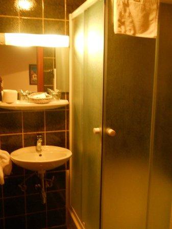 Hotel Sumratin: bathroom
