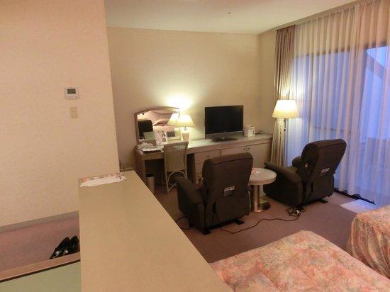 Hotel Altia Toba: 部屋のTVの前に鎮座するマッサージチェ