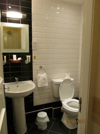 Cairn Hotel Edinburgh: Bathroom