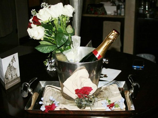 Kings Camp: Champagne was waiting in our honeymoon suite