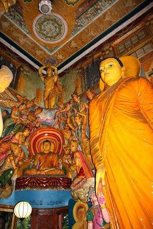 Gangaramaya-Tempel: Bunte Statuen im Tempelinneren